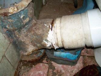 Как устранить течь в чугунной канализационной трубе?