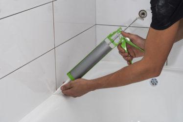 Как правильно наносить силиконовый герметик в ванной?