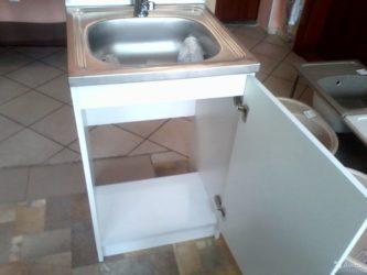 Установка раковины с тумбой на кухне