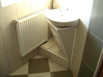 Как закрыть трубы под раковиной в ванной?